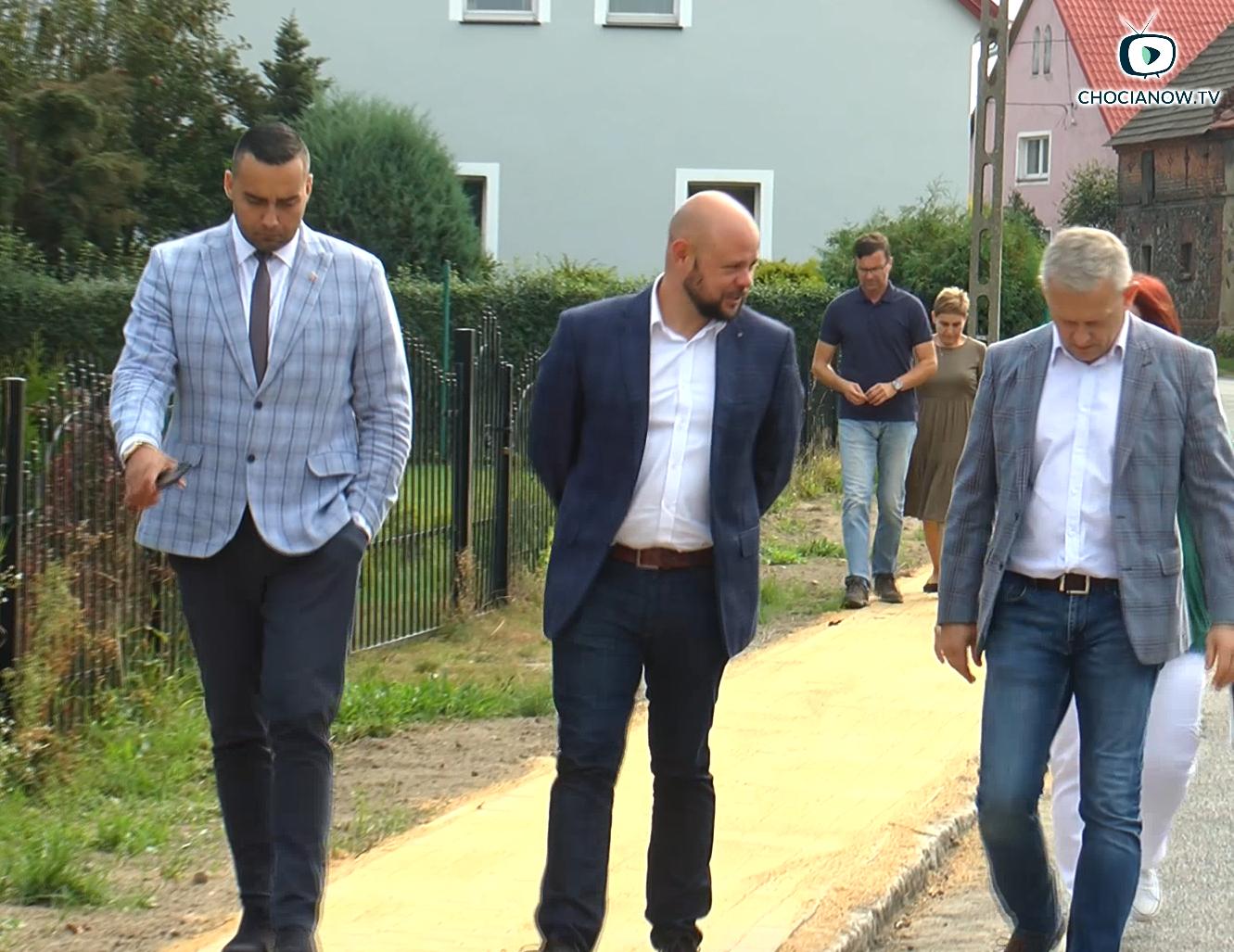 Nowy chodnik przy drodze powiatowej (wideo)