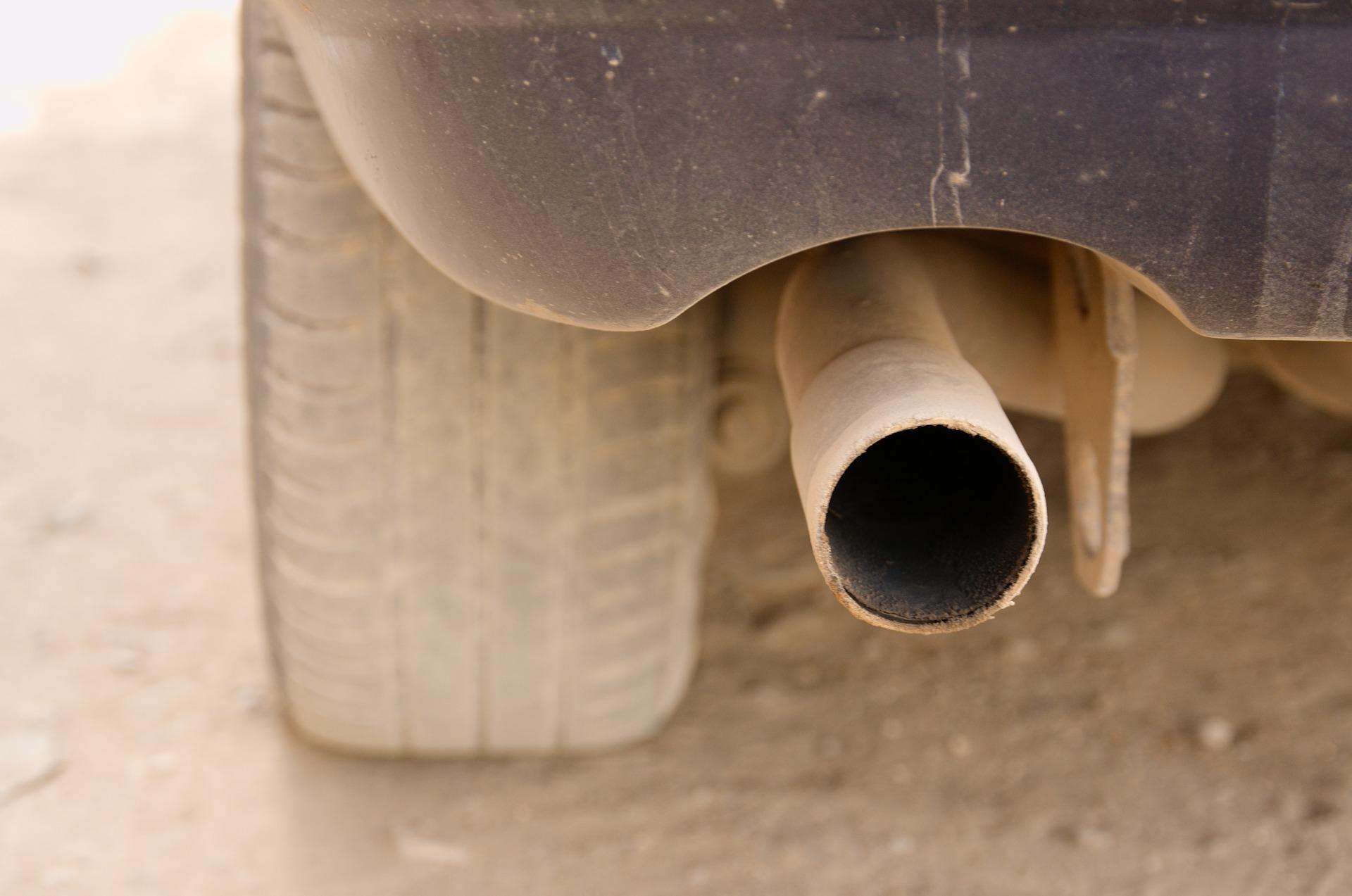 Policja sprawdza jakość spalin z samochodów