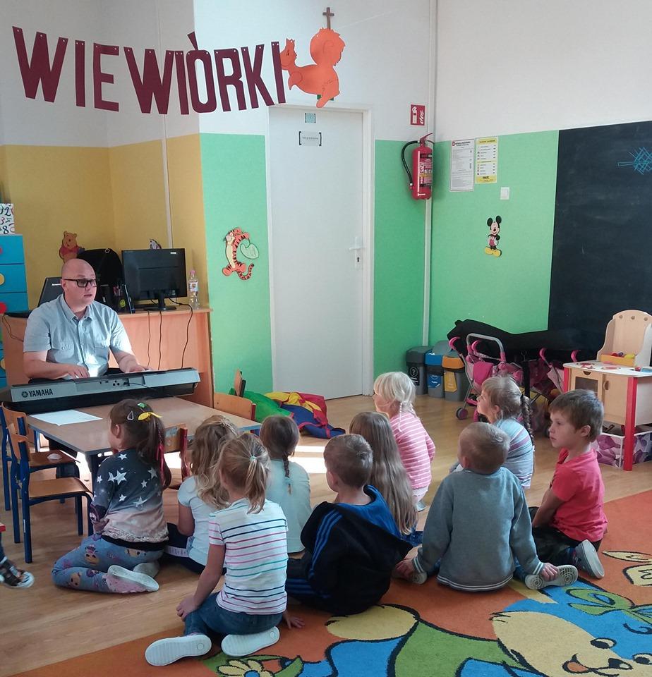 Dyrektor szkoły poprowadził zajęcia rytmiczne