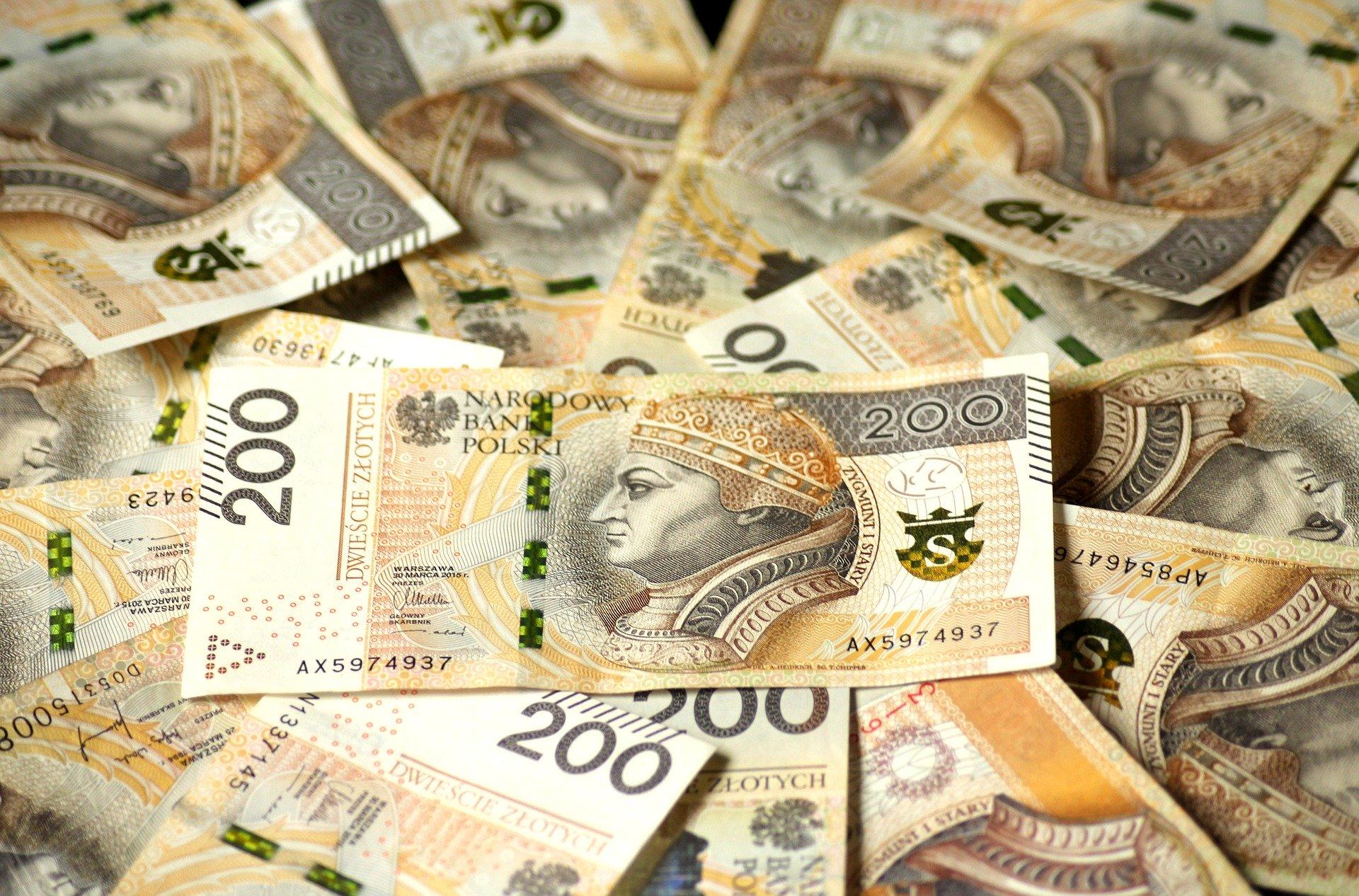 Wyrzuciła przez okno 70 tysięcy złotych