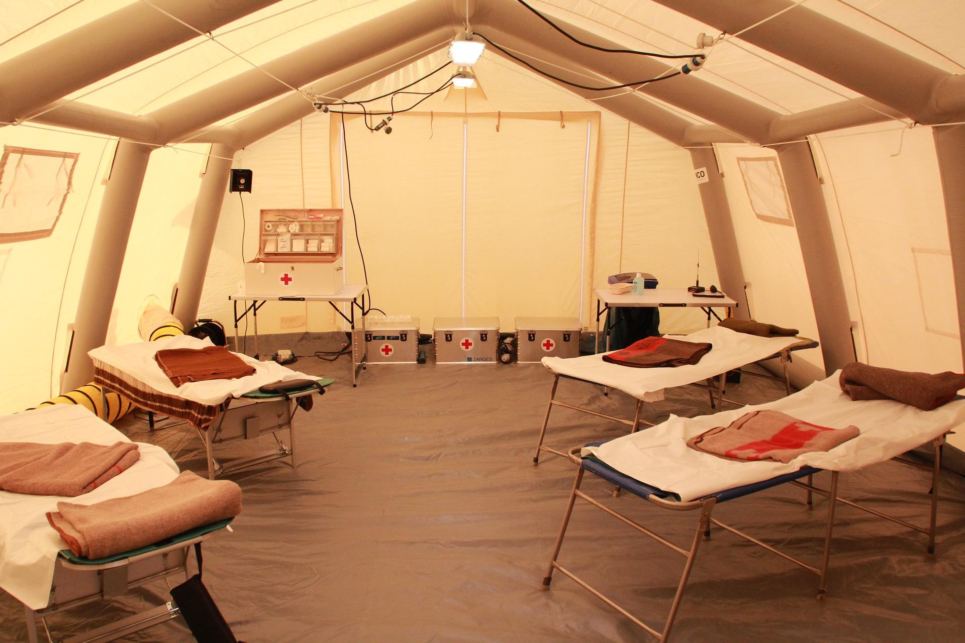 W namiotach przed szpitalami odseparują chorych na koronawirusa