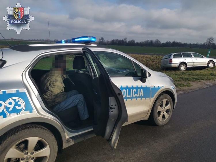 Chciał uniknąć wzroku policjanta i wylądował w rowie