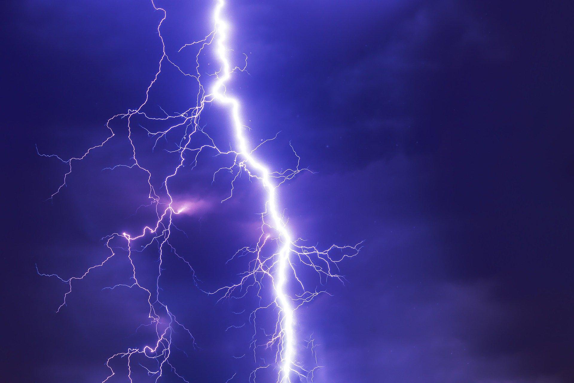 IMGW ostrzega przed burzami, deszczem i silnym wiatrem