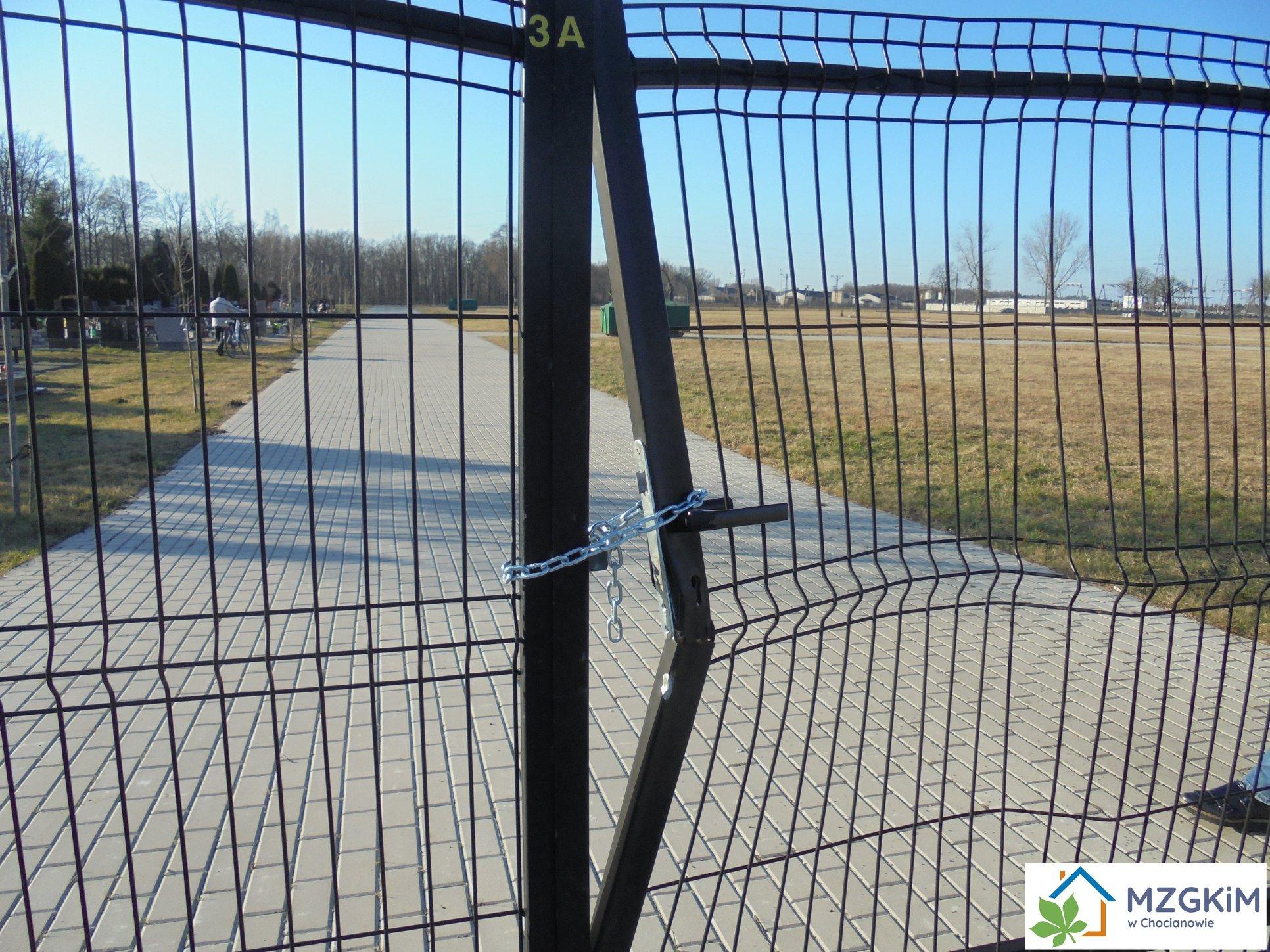 Zniszczyli bramę cmentarza, szuka ich policja