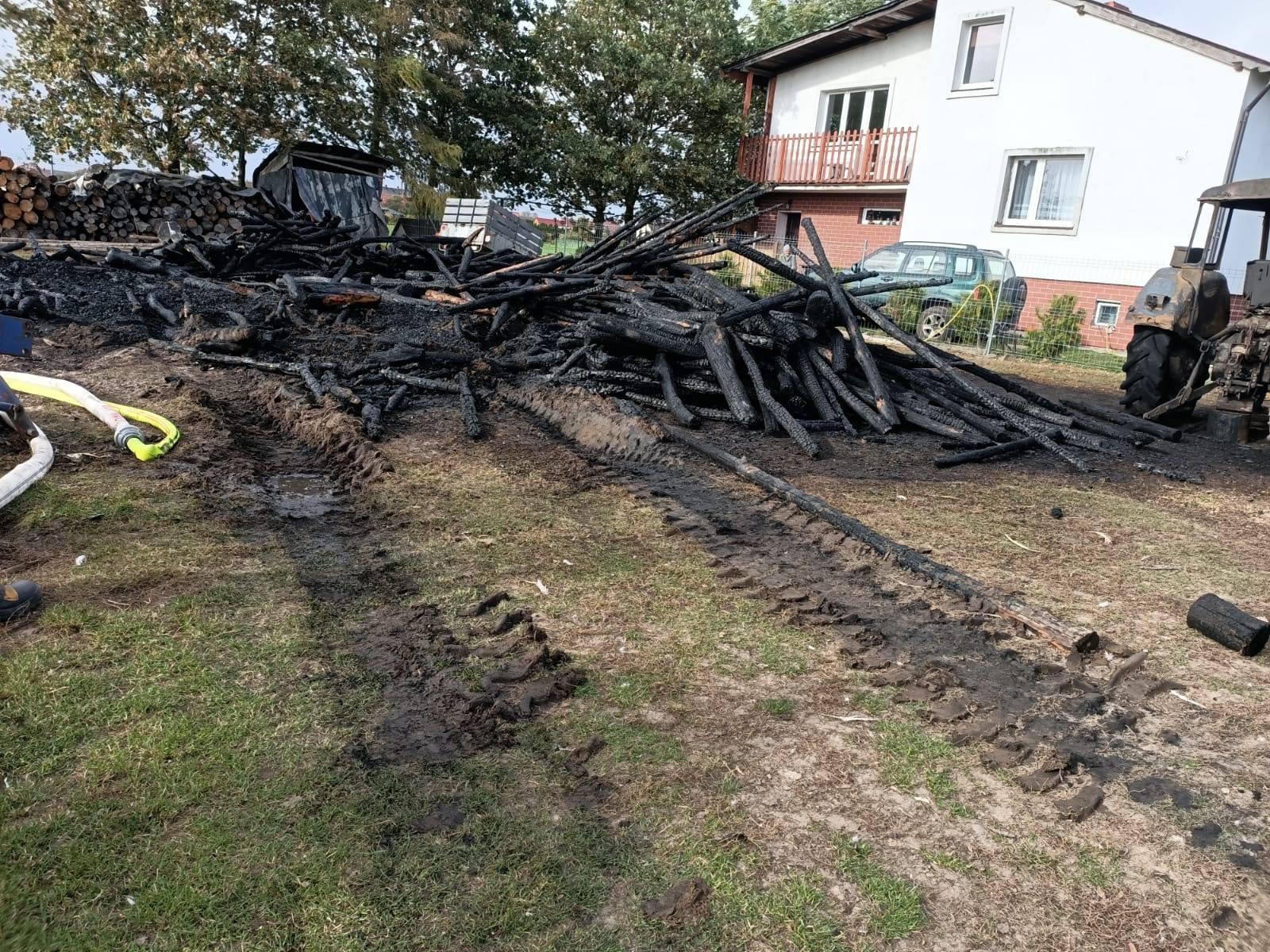Ogień strawił stertę drewna i ciągnik