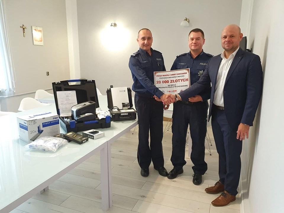 Burmistrz przekazał specjalistyczny sprzęt Policji w Chocianowie