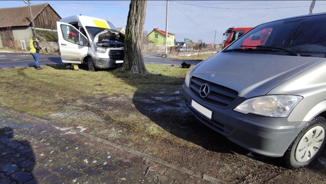 Kolizja w Pogorzeliskach, dwa busy wypadły z drogi