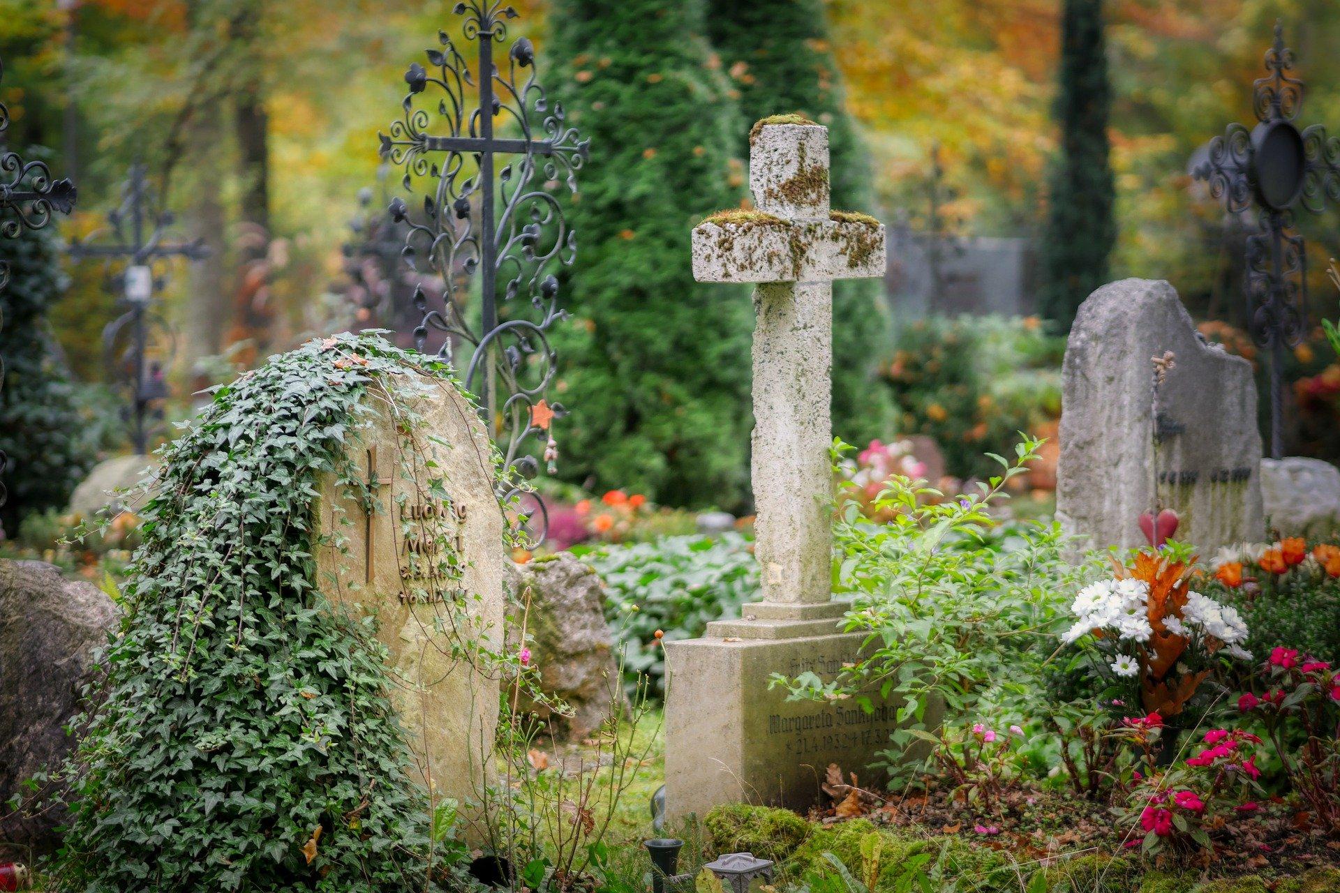 Nie zamykają bram cmentarza