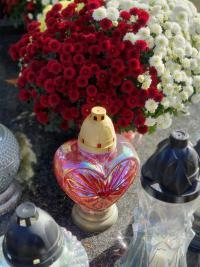 Na cmentarzach zapłonęło tysiące zniczy