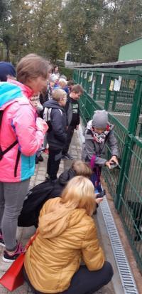 SP Trzebnice z wizytą w schronisku w  Dzień Zwierząt